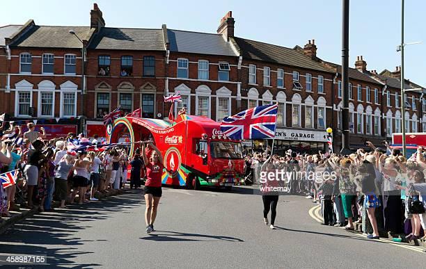 relevo de la antorcha olímpica-coca cola vehículo y bandera-bearers - patrocinador fotografías e imágenes de stock
