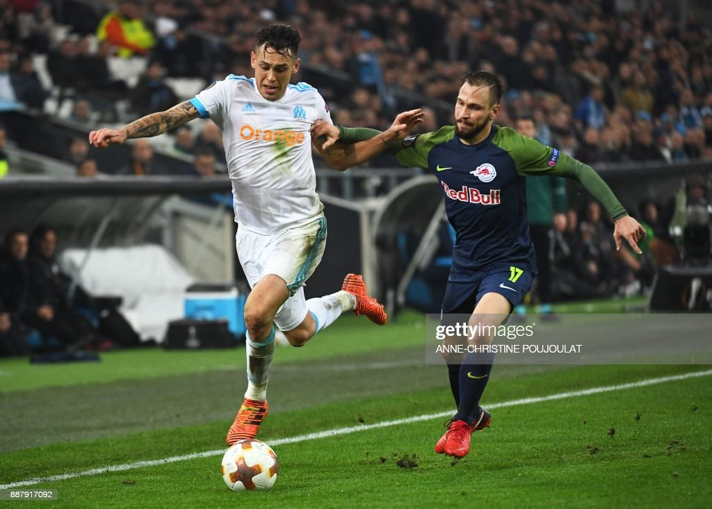 Olympique de Marseille's Argentinian midfielder Lucas Ocampos (L) vies with Salzburg's defender from Austria Andreas Ulmer during the UEFA Europa League group I football match Marseille vs Salzburg on Décember 07, 2017 at the Velodrome stadium in Marseille, southern France. /