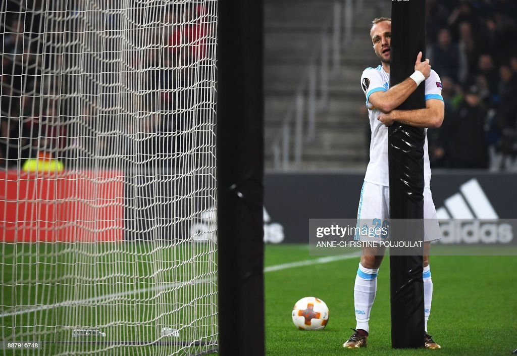Olympique de Marseille's French forward Valere Germain catches a pole during the UEFA Europa League group I football match Marseille vs Salzburg on Décember 07, 2017 at the Velodrome stadium in Marseille, southern France. /
