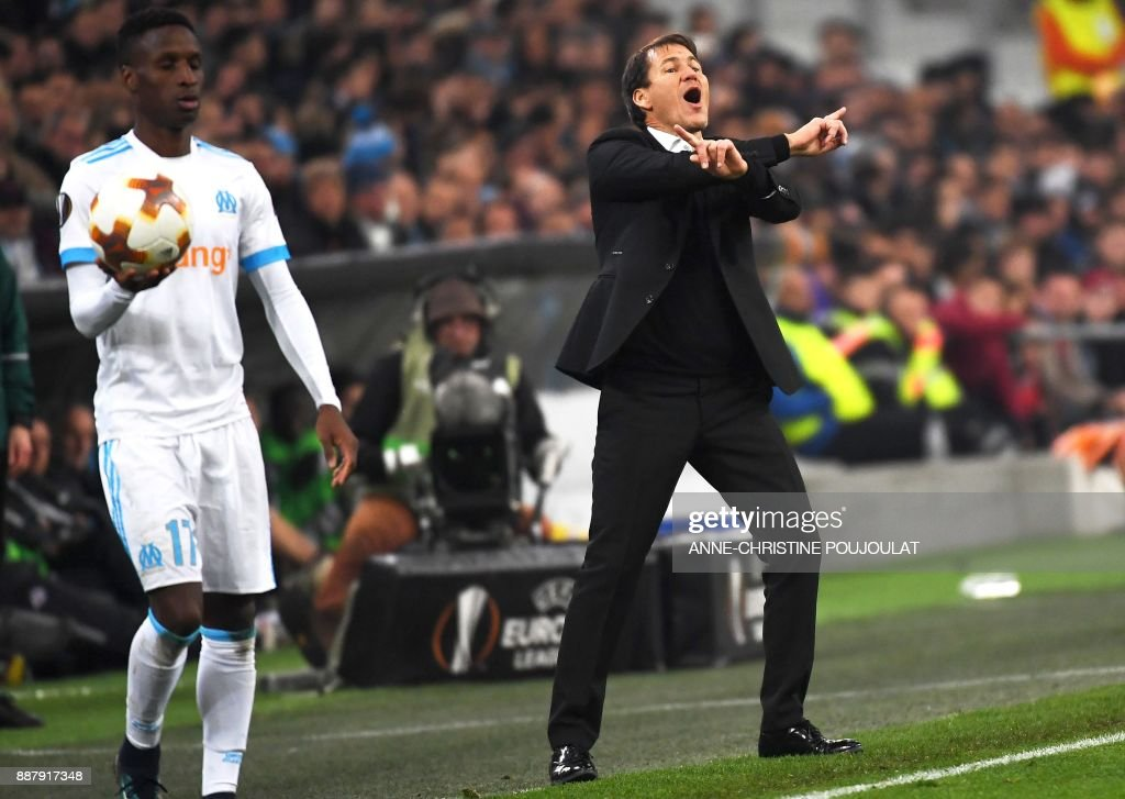 Olympique de Marseille's French head coach Rudi Garcia (R) gives his instructions during the UEFA Europa League group I football match Marseille vs Salzburg on Décember 07, 2017 at the Velodrome stadium in Marseille, southern France. /