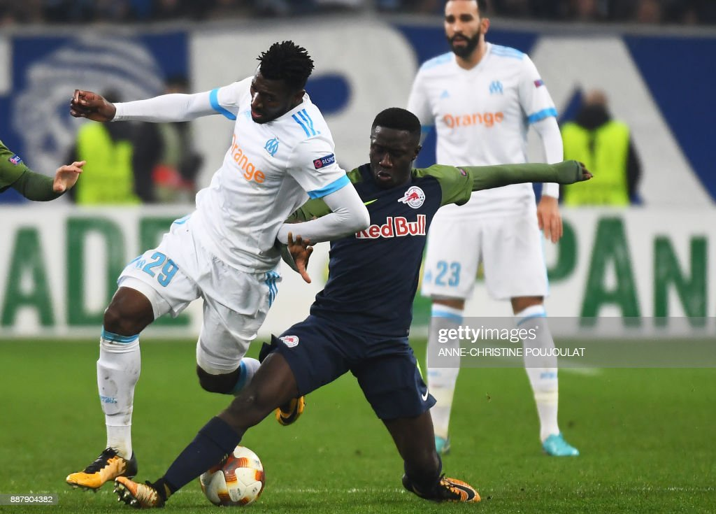 Olympique de Marseille's French midfielder Andre-Frank Zambo Anguissa (L) vies with Salzburg's midfielder from Mali Diadié Samassékou (R) during the UEFA Europa League group I football match Marseille vs Salzburg on Décember 07, 2017 at the Velodrome stadium in Marseille, southern France. /