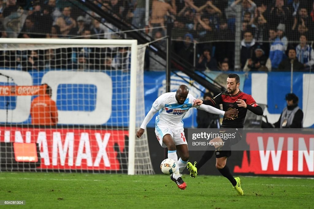Olympique de Marseille's French midfielder Lassana Diarra (L) vies for the ball with Guingamp's French-Portuguese defender Jonathan Martins Pereira (R) during the French Ligue 1 football match between Olympique de Marseille (OM) and Guingamp at the Velodrome stadium in Marseille on February 8, 2017. / AFP / BORIS