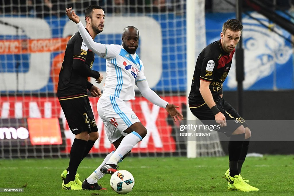 Olympique de Marseille's French midfielder Lassana Diarra (C) vies for the ball with Guingamp's French-Portuguese defender Jonathan Martins Pereira (L) and Guingamp's French midfielder Lucas Deaux (R) during the French Ligue 1 football match between Olympique de Marseille (OM) and Guingamp at the Velodrome stadium in Marseille on February 8, 2017. / AFP / BORIS
