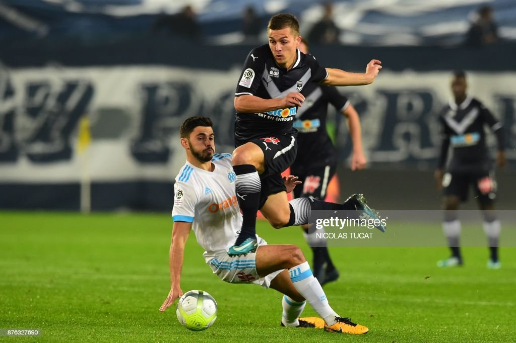 Olympique de Marseille's French midfielder Morgan Sanson (L) vies with Bordeaux's French forward Nicolas De Preville (R) during the French L1 football match between Bordeaux and Marseille on November 19, 2017 at the Matmut Atlantique stadium in Bordeaux, southwestern France. /
