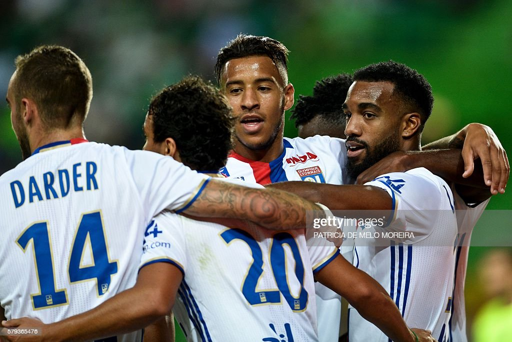 Olympique Lyon's forward Alexandre Lacazette (R) celebrates a goal with teammates during the friendly football match Sporting CP vs Olympique de Lyonnais at the Jose Alvalade stadium in Lisbon on July 23, 2016. / AFP / PATRICIA