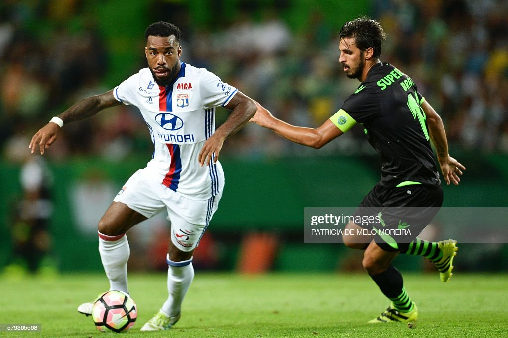 Olympique Lyon's forward Alexandre Lacazette (L) vies with Sporting's Costa Rican forward Bryan Ruiz during the friendly football match Sporting CP vs Olympique de Lyonnais at the Jose Alvalade stadium in Lisbon on July 23, 2016. / AFP / PATRICIA