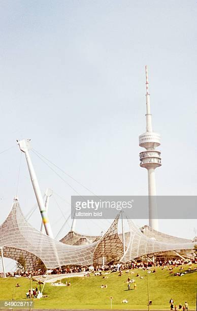 DEU Olympische Sommerspiele in Muenchen Olympiastadion und Fernsehturm