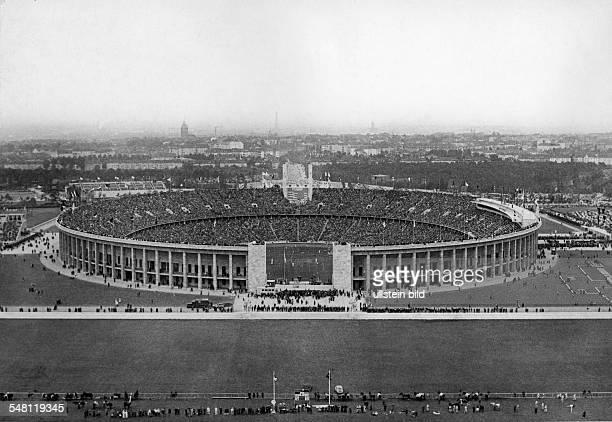 Olympische Spiele 1936 in Berlin - Blick vom Glockenturm ueber das Maifeld auf die vollbesetzten Raenge des Olympiastadions; in der Mitte: das...