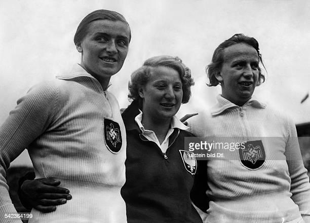 Olympische Spiele 1936 in Berlin die Medaillengewinnerinnen im DiskusWurfder Frauen vlnr Gisela Mauermayer J Wajsowna und PaulaMollenhauer August 1936