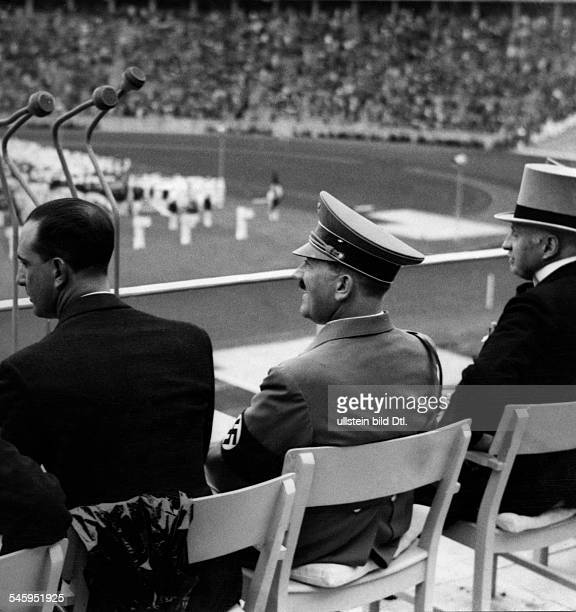 Olympische Spiele 1936 in Berlin Eroeffnungsfeier Adolf Hitler auf der Ehrentribuene waehrend des Einmarsches der Mannschaften rechtsHenri Graf de...