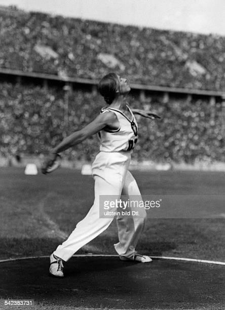 Olympische Spiele 1936 in Berlin Gisela Mauermayer die deutsche Siegerinbeim DiskusWerfen mit ihrem Siegeswurfueber 4763 m August 1936 veröffentlicht