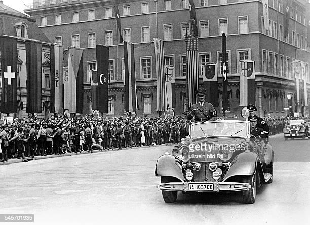 Olympische Spiele 1936 in Berlin Jubelnde Bevoelkerung am Rande des Pariser Platzes waehrend der Vorbeifahrt Adolf Hitlers auf dem Weg zu den...
