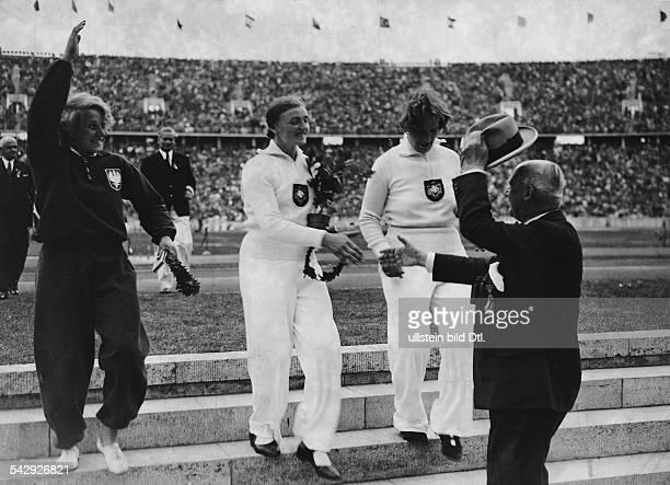 Olympische Spiele 1936 in Berlin Leichtathletik Siegerehrung im Diskuswerfen Frauenvl die Polin J Wajsowna dieDeutsche Gisela Mauermayer unddie...