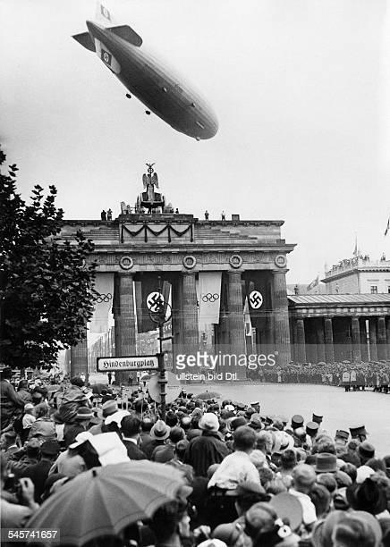 Olympische Spiele 1936 in Berlin- Menschenmenge auf dem Hindenburgplatzam Brandenburger Tor in Erwartung derWagenkolonne Adolf Hitlers auf der...
