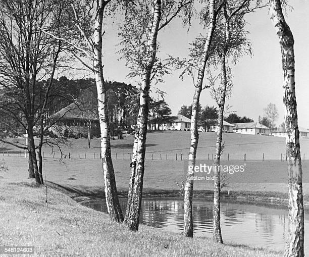 Olympische Spiele 1936 in Berlin Olympisches Dorf Doeberitz Blick vom kuenstlichen Weiher zur sogenannten Bastion und zu Wohnhaeusern der Anlage...
