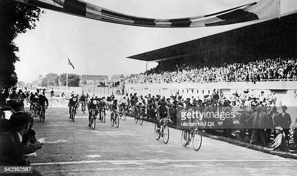 Olympische Spiele 1936 in Berlin Radfahren 100km StrassenrennenZielankunft der Spitzengruppe auf derAVUS Vorne der Olympiasieger RobertCharpentier...