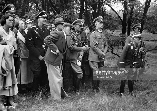 Olympische Spiele 1936 in Berlin Reichssportfuehrer Hans v Tschammer und Osten als Beobachter des Reitwettbewerbes auf dem Truppenuebungsplatz...