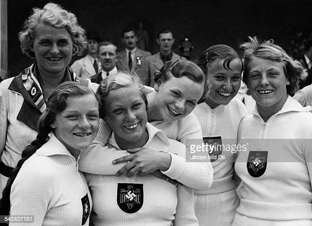 Olympische Spiele 1936 in Berlin Schwimmen Frauen 4x100 Meter FreistilStaffeldie Silbermedaille erkaempfte das deutsche Team vl Schmitz Halbsguth...
