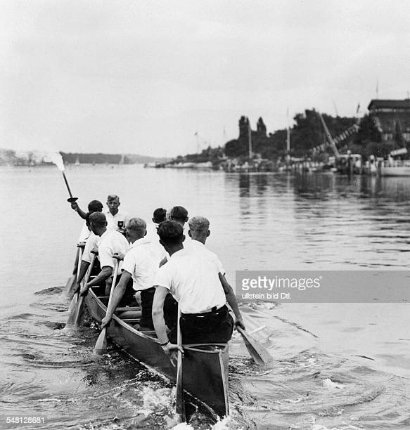 Olympische Spiele 1936 in Berlin Staffellauf der Berliner Sportjugend zum Austragungsort der olympischen Ruder und KanutenWettbewerbe in Gruenau...