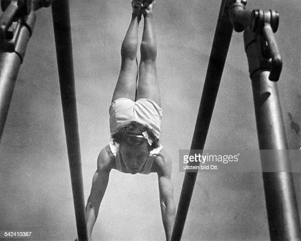 Olympische Spiele 1936 in Berlin Turnerin Bild aus dem OlympiaFilm von Leni Riefenstahl 1936