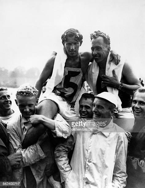 Olympische Spiele 1936 in Berlin ZweierCanadier 1000m Maenner die Sieger Vladimir Syrovatka und Felix Jan Brzak auf den Schultern jubelnder Betreuer...