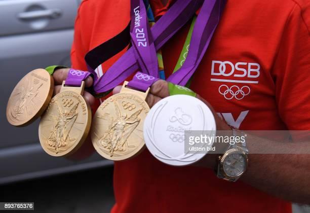 Olympische Spiele Rio 2016 Reiten Vielseitigkeit Fotoshooting mit dreifach Olympiasieger Michael Jung mit seinen beiden Medaillen Einzel Gold und...