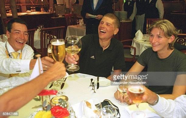 Olympische Spiele Sydney 2000 Sydney MAENNER/FINALE STRASSE GOLDFEIER auf der MS DEUTSCHLAND Erik ZABEL/GER Jan ULLRICH/GER und Freundin GABY