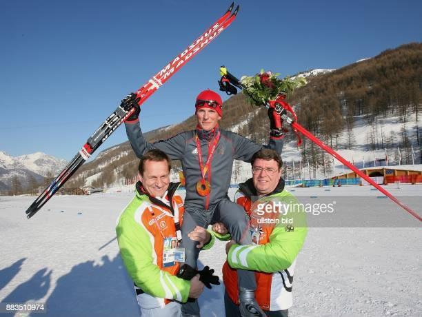 20 Olympische Winterspiele 2006 Turin Nordische Kombination JUBEL Georg Hettich gewinnt die Goldmedaille auf den Schultern von DSV Praesident Alfons...