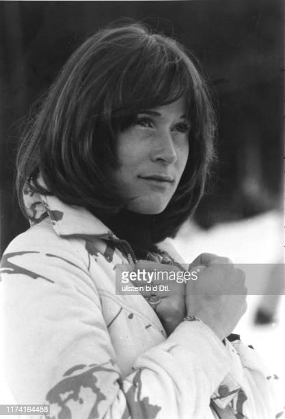 Olympische Winterspiele in Innsbruck 1976 Michèle Rubli beim Daumen drücken für Bernhard Russi