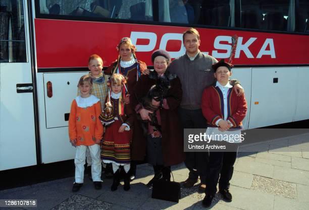Oma Vera reist mit Hund und Schnaps zu Verwandten nach Polen, um dort mit ihnen Geburtstag zu feiern. Doch am Tag nach der Feier ist die Oma tot......