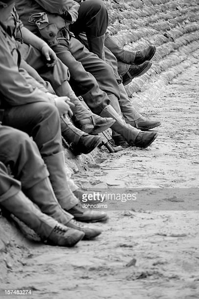 omaha beach soldiers. - haute normandie stockfoto's en -beelden