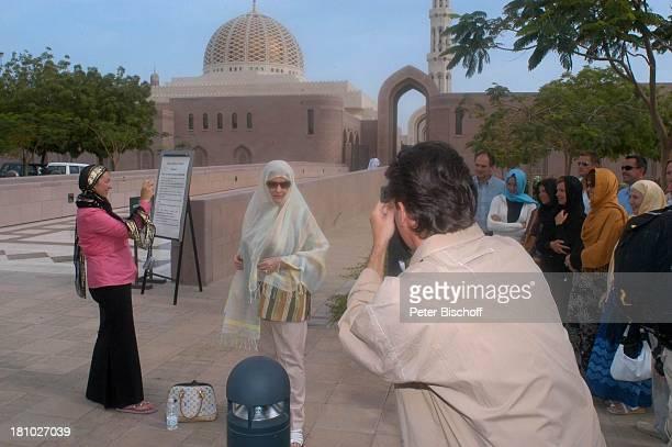 Johanna von Koczian Pascal Breuer Touristen Statisten Dreharbeiten der ZDFReihe Traumschiff Folge 49 Oman Muscat/Oman/Arabien Grosse Moschee von...