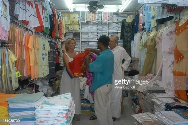 Dietrich Mattausch Ehefrau Annette Urlaub Muscat/Oman/Arabien Stadtteil Mutrah Basar Suk Schauspieler Händler Verkäufer Tracht Kleid Golf von Oman...