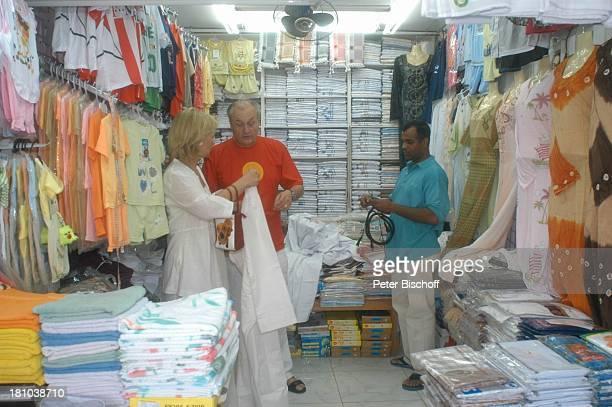 Dietrich Mattausch Ehefrau Annette Urlaub Muscat/Oman/Arabien Stadtteil Mutrah Basar Suk Schauspieler Händler Verkäufer Kleid Golf von Oman...