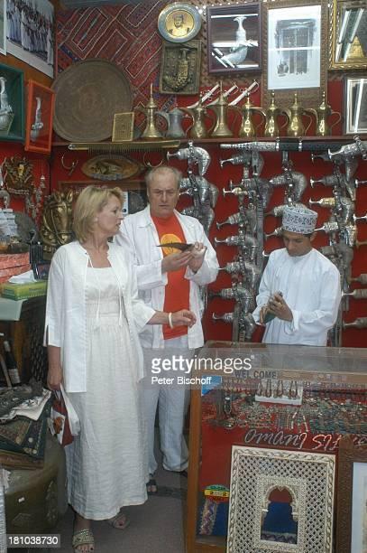 Dietrich Mattausch Ehefrau Annette Urlaub Muscat/Oman/Arabien Stadtteil Mutrah Basar Suk Schauspieler Händler Verkäufer Golf von Oman Arabischer...