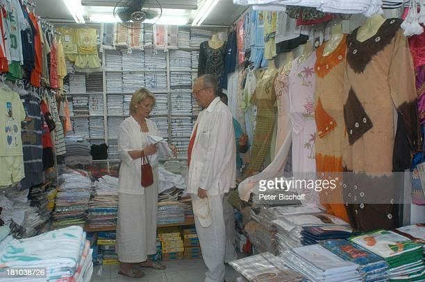 Dietrich Mattausch Ehefrau Annette Urlaub Muscat/Oman/Arabien Stadtteil Mutrah Basar Suk Schauspieler Kleid Golf von Oman Arabischer Staat Mittlerer...