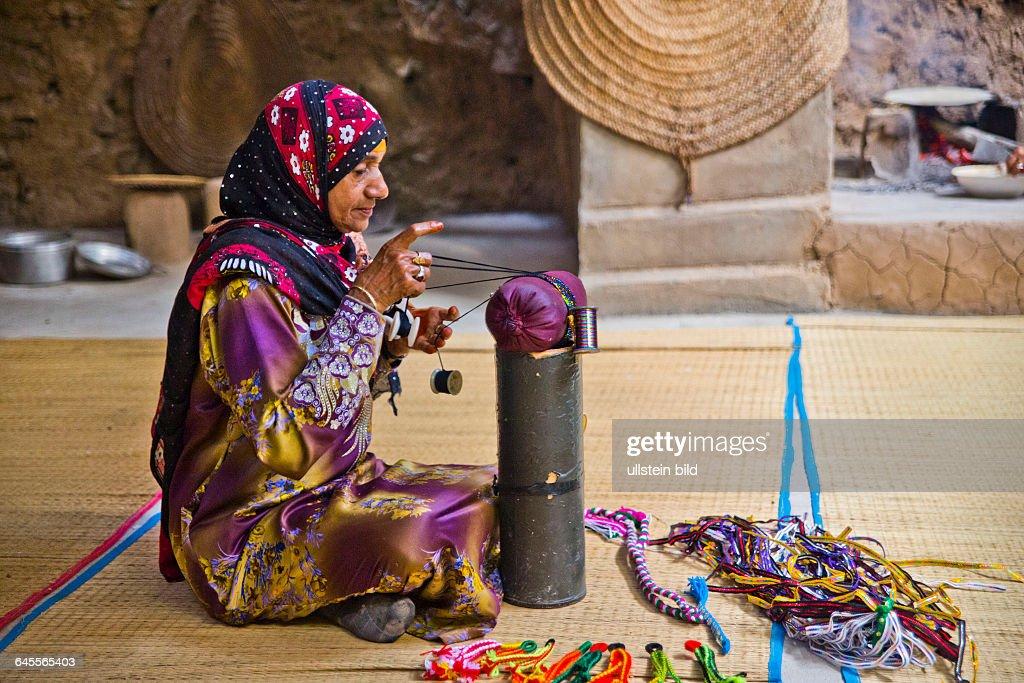 Frau kloeppelt, traditionelles Haus, Bait al Safah Heimatmuseum, alte Lehmsiedlung Al Hamra : News Photo