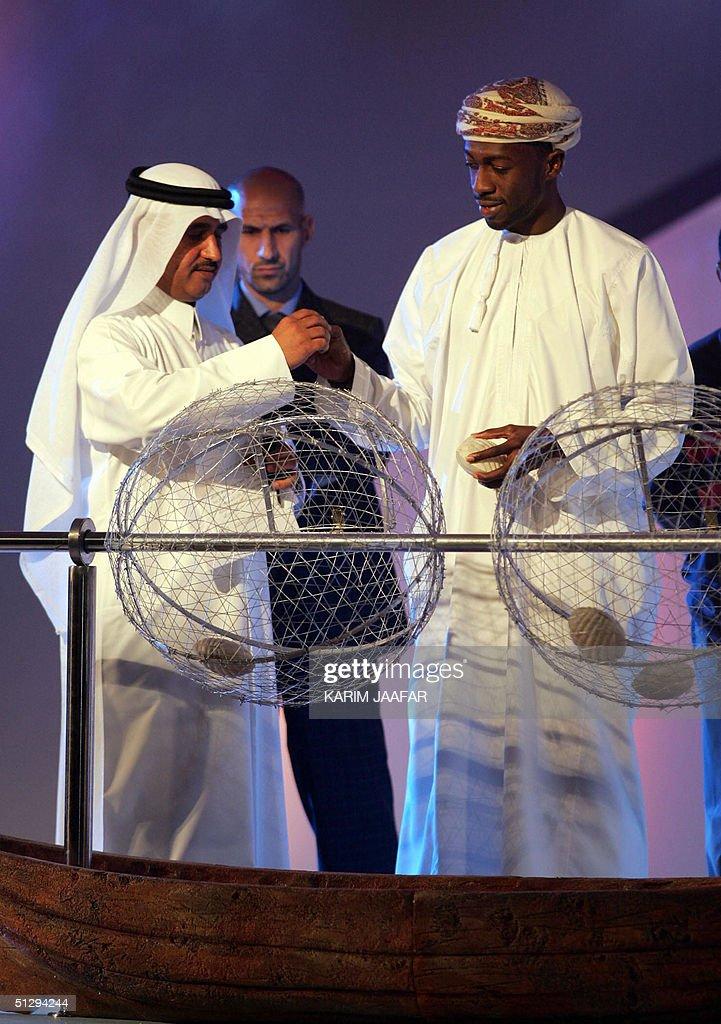 Omani soccer star Hani al-Dhabet (R) and : Fotografía de noticias