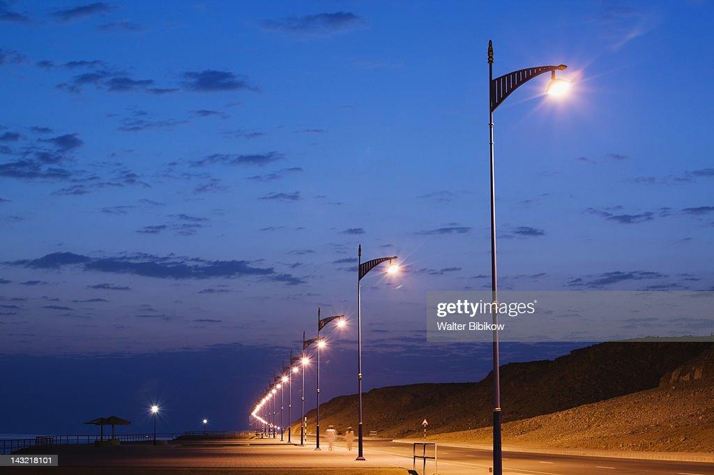 OMAN-Sharqiya Region-Sur: Road Lights Sur Bay / Ayajh Town / Dawn : Foto de stock