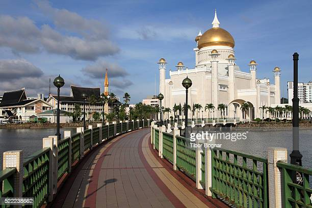 omar ali saifuddien mosque in brunei - bandar seri begawan stock photos and pictures