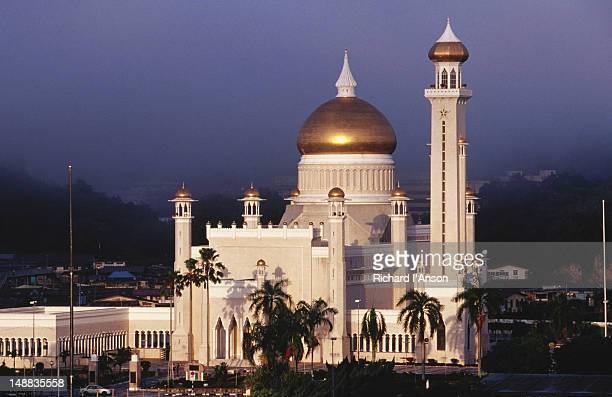 omar ali saifuddien mosque. - bandar seri begawan stock pictures, royalty-free photos & images
