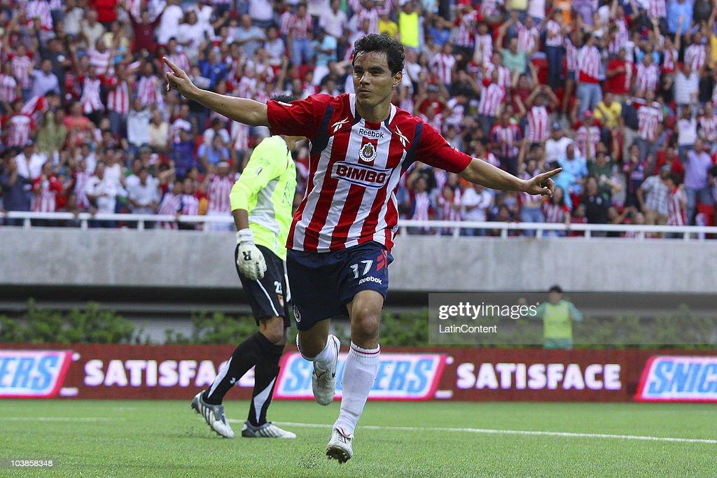 Chivas v Estudiantes - Apertura 2010 : News Photo