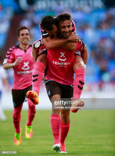 Omar Perdomo of CD Tenerife celebrates scoring their opening goal with teammates during the La Liga 2 match between Real Zaragoza and CD Tenerife at...