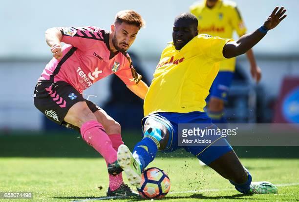 Omar Perdomo of CD Tenerife competes for the ball with Khalifa Papa Sankare of Cadiz CF during La Liga Segunda Division between Cadiz CF and CD...
