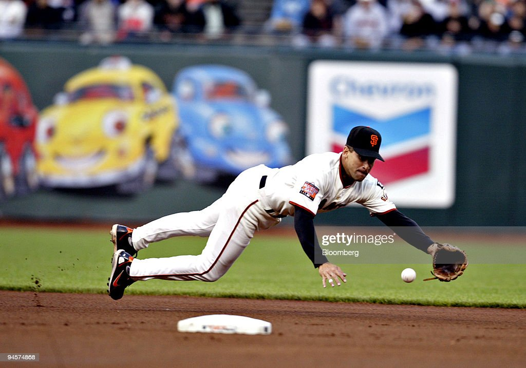 Omar Vizquel, shorstop for the San Francisco Giants, dives t : News Photo