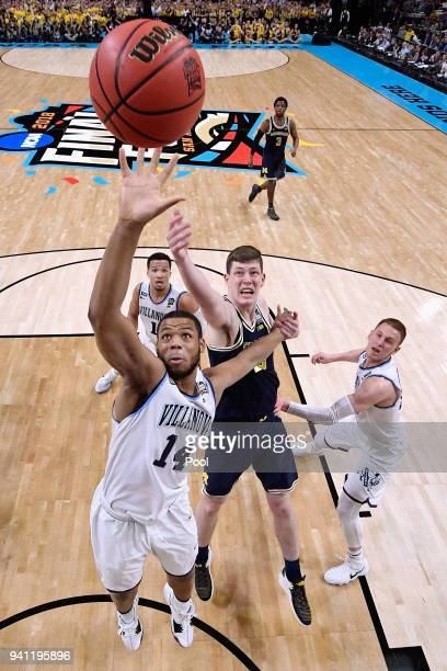 Omari Spellman of the Villanova Wildcats and Jon Teske of the Michigan Wolverines battle for the ball in the first half during the 2018 NCAA Men's...