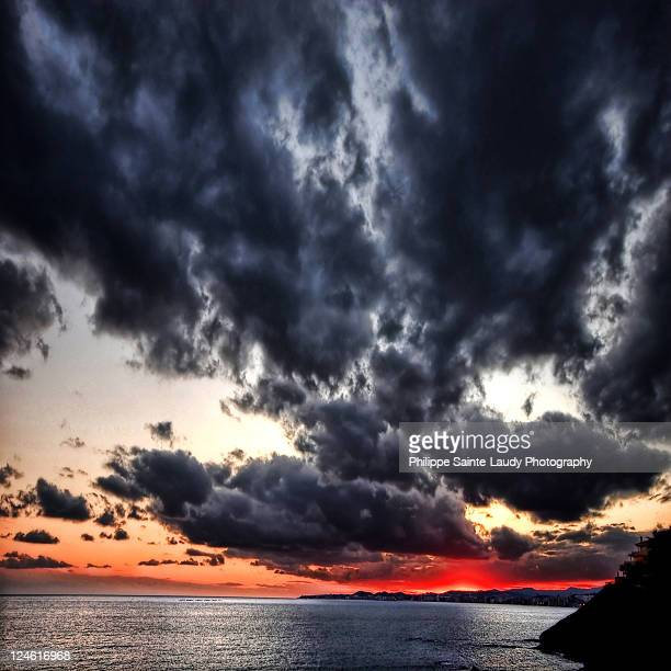 ominous clouds - calm before the storm stock pictures, royalty-free photos & images