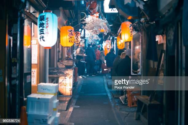 omoide yokocho or memory alley in shinjuku - shinjuku bezirk stock-fotos und bilder