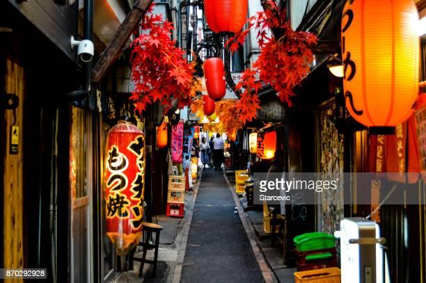 omoide-yokocho, no distrito de shinjuku, em tóquio - tóquio - fotografias e filmes do acervo
