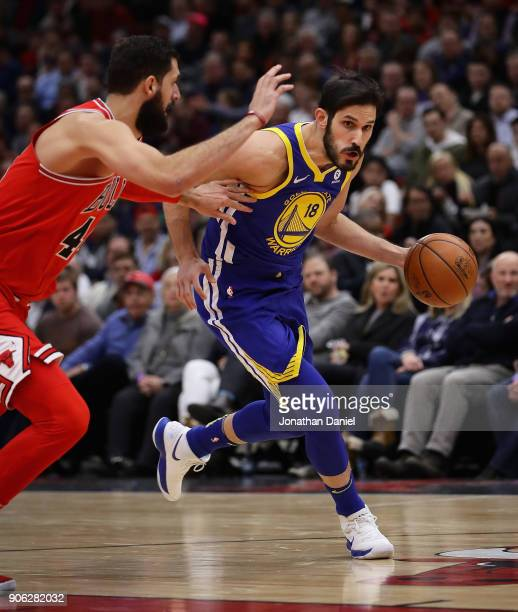 Omri Casspi of the Golden State Warriors drives against Nikola Mirotic of the Chicago Bulls at the United Center on January 17 2018 in Chicago...